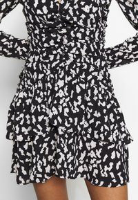 Who What Wear - THE RUCHED 80S MINI DRESS - Cocktailkjole - black/white - 5