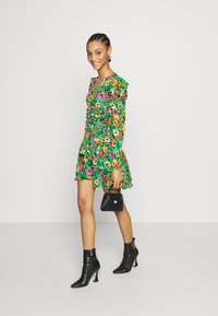 Who What Wear - THE RUCHED 80S MINI DRESS - Cocktailkjole - green - 1