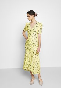 Who What Wear - THE RUCHED FISHTAIL DRESS - Kjole - yellow - 1