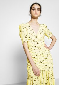 Who What Wear - THE RUCHED FISHTAIL DRESS - Kjole - yellow - 4
