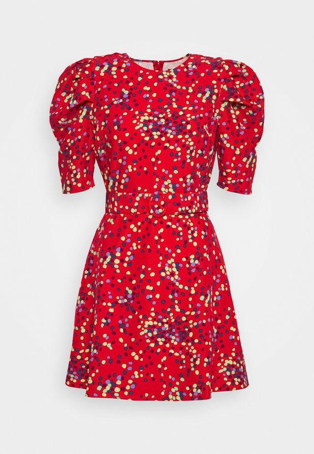 THE PUFF BELTED DRESS - Korte jurk - red