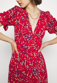 Who What Wear - THE BELTED PUFF SLEEVE DRESS - Maxikjole - confetti dot red - 5
