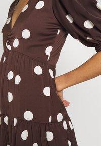 Who What Wear - THE RUFFLE MIDI DRESS - Vestito estivo - brown/white - 5