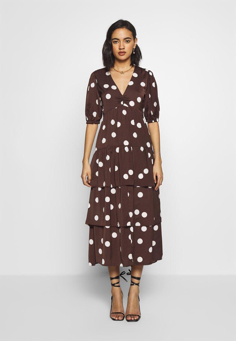 Who What Wear - THE RUFFLE MIDI DRESS - Vestito estivo - brown/white