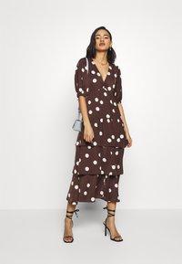 Who What Wear - THE RUFFLE MIDI DRESS - Vestito estivo - brown/white - 1