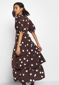Who What Wear - THE RUFFLE MIDI DRESS - Vestito estivo - brown/white - 3