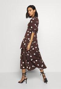 Who What Wear - THE RUFFLE MIDI DRESS - Vestito estivo - brown/white - 2