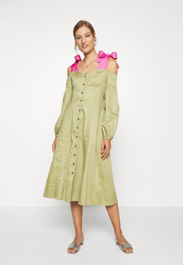 OFF THE SHOULDER DRESS - Sukienka koszulowa - cedar/doll pink