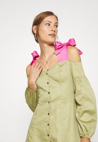 Who What Wear - OFF THE SHOULDER DRESS - Robe chemise - cedar/doll pink - 3