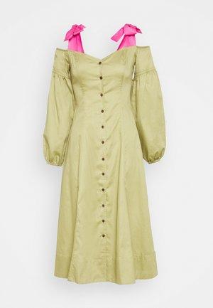 OFF THE SHOULDER DRESS - Košilové šaty - cedar/doll pink