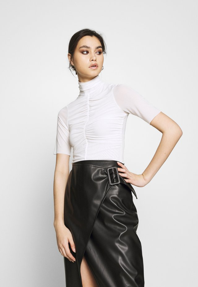 THE RUCHED - T-shirt med print - white