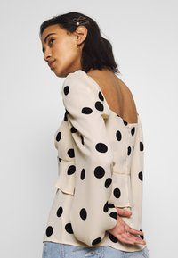 Who What Wear - THE PUFFSLEEVE MILKMAID - Blusa - ivory/black - 4