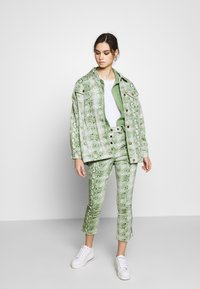 Who What Wear - THE BELTED  - Denim jacket - python-green - 1