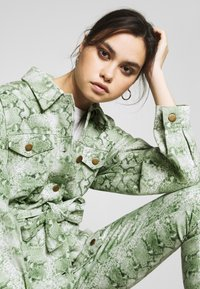 Who What Wear - THE BELTED  - Denim jacket - python-green - 4
