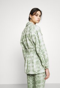 Who What Wear - THE BELTED  - Denim jacket - python-green - 2