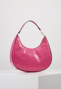Who What Wear - SEELEY - Käsilaukku - hot pink croco - 3
