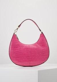 Who What Wear - SEELEY - Käsilaukku - hot pink croco - 0