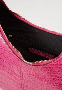 Who What Wear - SEELEY - Käsilaukku - hot pink croco - 4