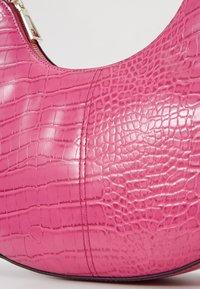 Who What Wear - SEELEY - Käsilaukku - hot pink croco - 2