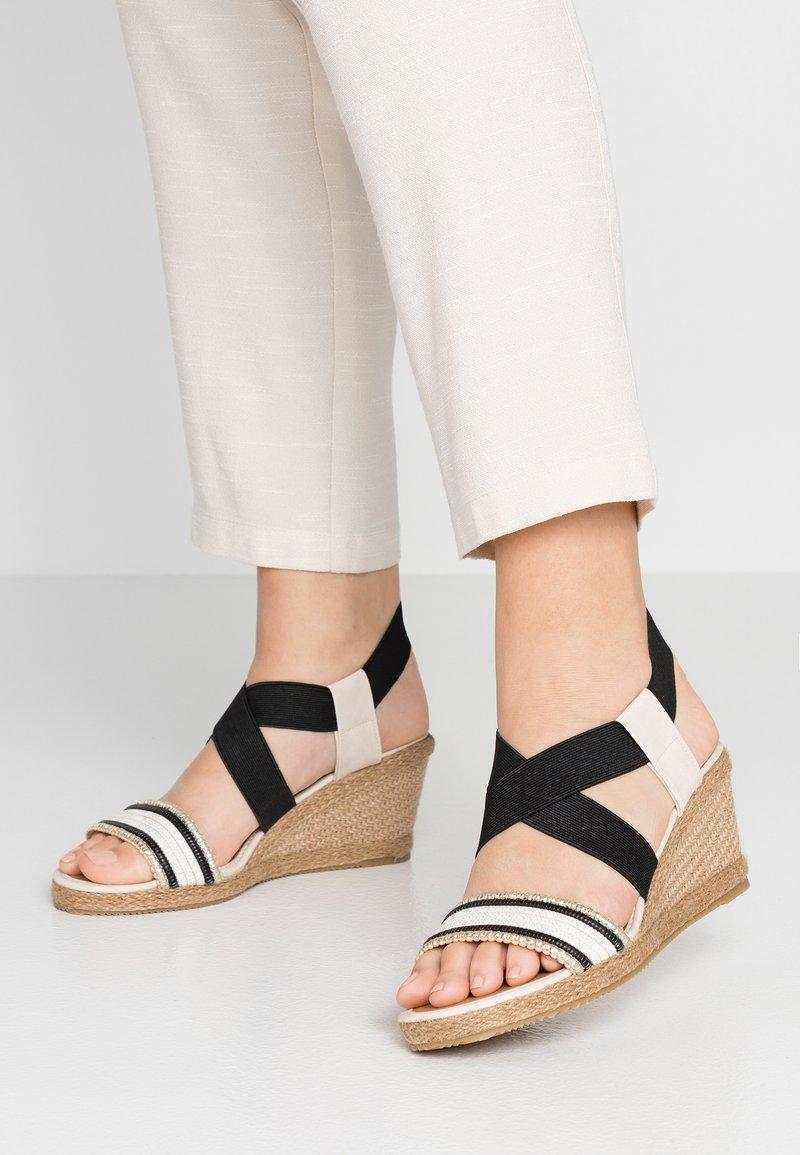 Wallis - SATSUMA - Sandalen met sleehak - black/white