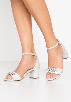 SAVOY - Sandaalit nilkkaremmillä - white shimmer