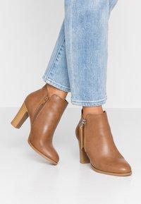 Wallis - ALUNA - Boots à talons - camel - 0