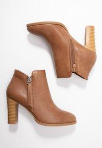 Wallis - ALUNA - Boots à talons - camel - 3