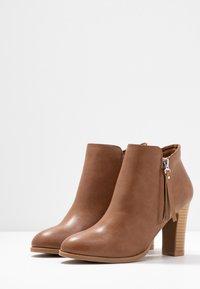 Wallis - ALUNA - Boots à talons - camel - 4