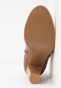 Wallis - ALUNA - Boots à talons - camel - 6