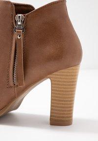 Wallis - ALUNA - Boots à talons - camel - 2