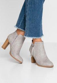 Wallis - ALUNA - Boots à talons - grey - 0