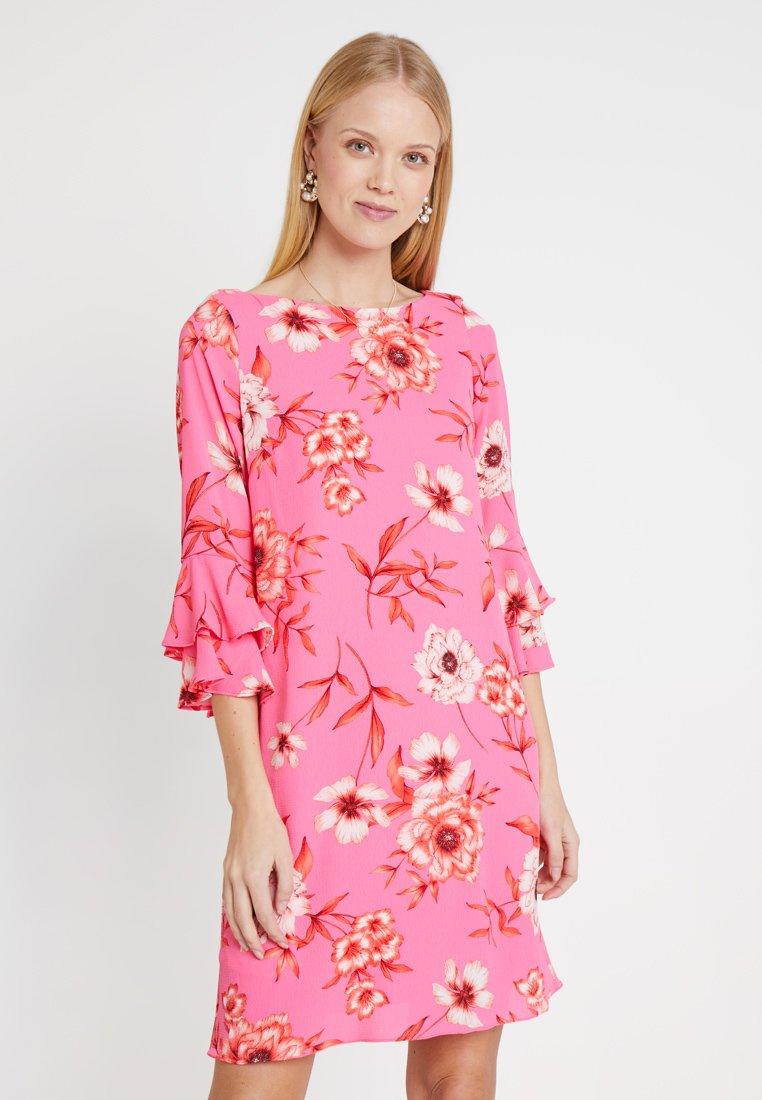 Wallis - VIVID FLORAL FLUTE DRESS - Freizeitkleid - pink