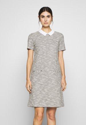 SALT AND PEPPER FLECK DRESS - Strikket kjole - mono