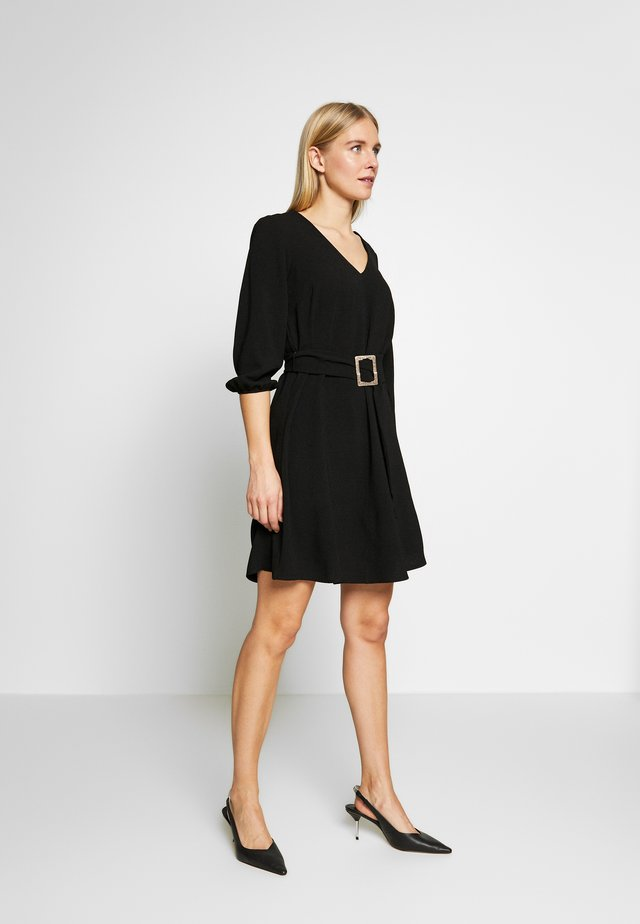 V NECK BUCKLE DETAIL SHIFT DRESS - Day dress - black