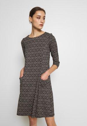 GEO SWING DRESS - Strikket kjole - stone