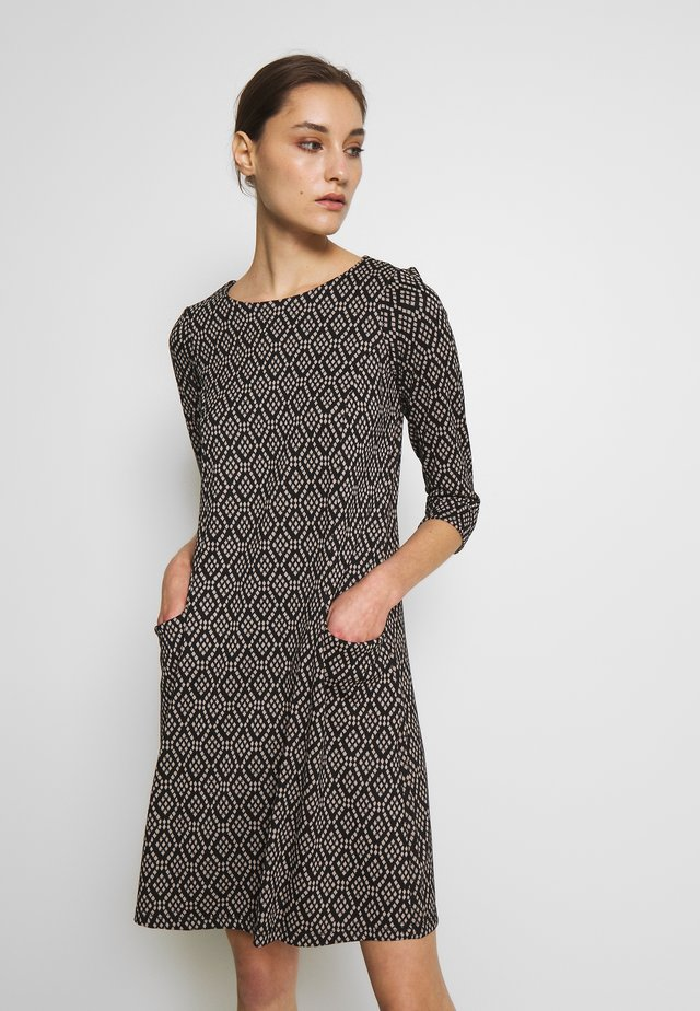 GEO SWING DRESS - Strickkleid - stone