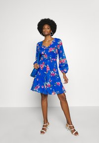 Wallis - FLORAL RUFFLE SLEEVE FIT AND FLARE DRESS - Kjole - cobalt