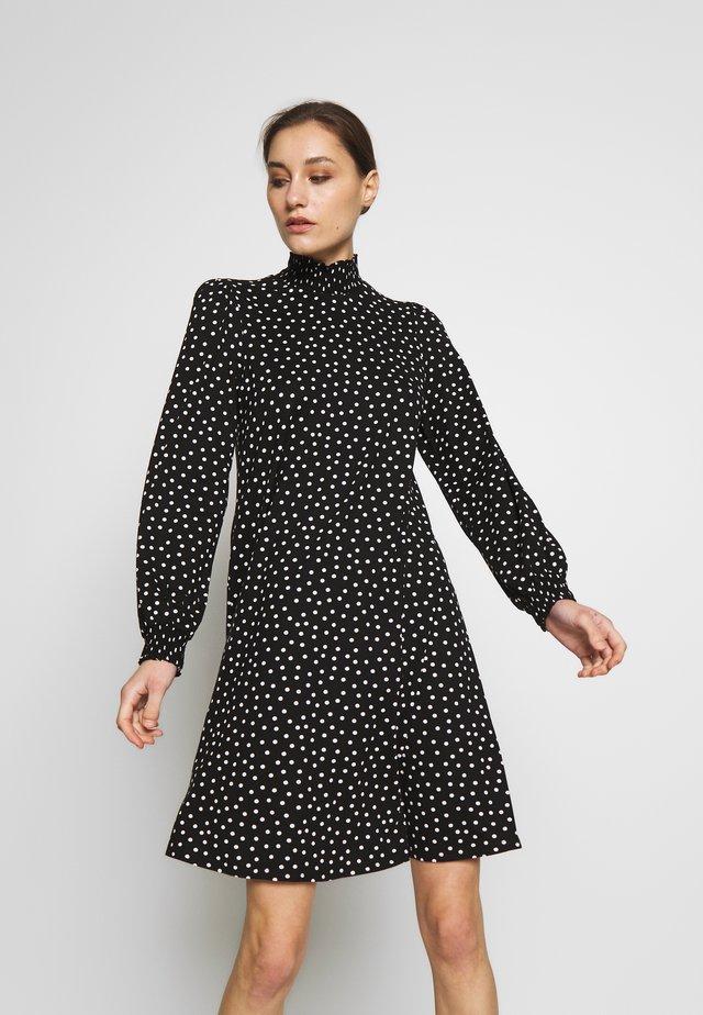 SPOT SHIRRED NECK SWING DRESS - Trikoomekko - black/white