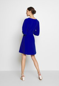 Wallis - V NECK BUCKLE DETAIL SHIFT DRESS - Kjole - cobalt