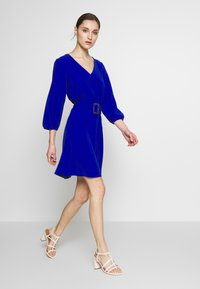 Wallis - V NECK BUCKLE DETAIL SHIFT DRESS - Kjole - cobalt - 1