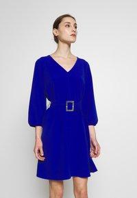 Wallis - V NECK BUCKLE DETAIL SHIFT DRESS - Kjole - cobalt - 0