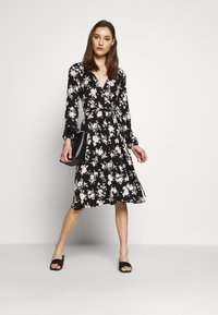 Wallis - MONO FLORAL WRAP MIDI DRESS - Jerseykjole - black - 1
