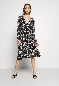 Wallis - MONO FLORAL WRAP MIDI DRESS - Jerseykjole - black - 0