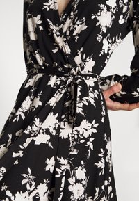 Wallis - MONO FLORAL WRAP MIDI DRESS - Jerseykjole - black - 5