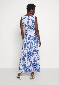 Wallis - SPRAYED FLORAL PLEAT DRESS - Galajurk - ivory/blue - 2