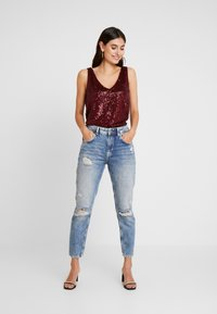 Wallis - SEQUIN CAMI - Topper - berry - 1