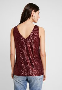 Wallis - SEQUIN CAMI - Topper - berry - 2