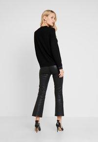 Wallis - Stickad tröja - black - 2