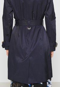 Wallis - Trenchcoat - navy blue - 5