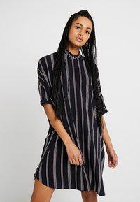 Wemoto - HUME PRINTED - Košilové šaty - darknavy/burgundy - 0